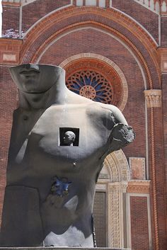 Silvia Antonini. il Grande Toscano di Igor Mitoraj, artista Polacco. Il contrasto tra la scultura e la Chiesa del Carmine crea un effetto artistico di grande stupore. La scultura è suituata in Piazza del Carmine a Milano. #ggdmiarte