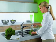 De KLUDI MX keukenmengkraan met uittrekbare vaatdouche in bedrijf.