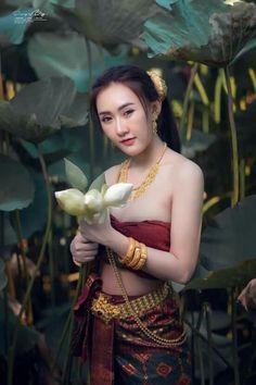 Beautiful Women Pictures, Gorgeous Women, Traditional Thai Clothing, Thai Dress, Curvy Girl Outfits, Beauty Photos, Ao Dai, Photography Women, Asian Beauty