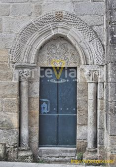 Iglesia de Santiago de Bembrive, una joya del románico situada a las afueras de la ciudad de Vigo que destaca por su magnífica decoración #románico #arteviajero #Vigo #Galicia