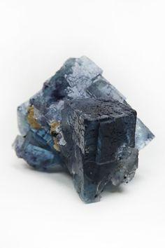 Cristalele de Pirotina ce incearca sa se elibereze de sub cristalizarea Fluorinei formeaza o sculptura abstracta, reprezentativa  fenomenelor geologice ce au dat forma acestei minunate Fiinte Vii Pamant. Munti metalici ce sparg scoarta unui ocean cristalin rup realitatea fizica si te duc cu gandul la lumi abstracte. Metafizic, Pirotina aduce un sentiment de atractie si placere fata de proprietatile Fluorinei. Abstract, Crystal, Summary