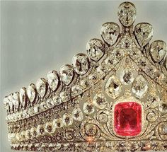 THE ROMANOVS WEDDING JEWELRY ~ Royal Crown of Elizabeth, wife to Alexander I. It was worn by all Russian Empresses and Grand Princesses in the day of their wedding. The pink diamond is of 13 karats, ca The only diadem of the century that is in Russia. Royal Crown Jewels, Royal Crowns, Royal Tiaras, Royal Jewelry, Tiaras And Crowns, Gold Jewellery, Fine Jewelry, Bling, Circlet