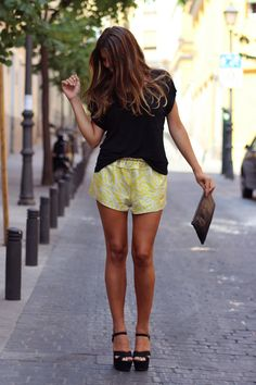 trendy_taste-street_style-look-outfit-SS13-camiseta_negra-basic_tee-black_tee-flower_print_shorts-shorts_flores-shorts_amarillos-sandalias_negras-plataformas-high_heels-black_sandals-leather_clutch-bolso_piel-11