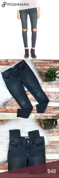 Free People distressed skinny jeans Size 27, in excellent pre owned condition, no flaws! Super cute and perfect for this spring! Inseam-27, waist-15 straight across, rise-8 ***NO modeling or trades! ::312 Free People Jeans Skinny