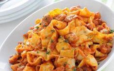 Κουνέλι γιουβέτσι κοκκινιστό με παπαρδέλες Potato Salad, Potatoes, Chicken, Meat, Ethnic Recipes, Food, Potato, Essen, Meals