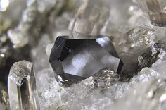 Crichtonite Aesthetic photos of mineral crystals for interior design | BINNTAL MINERALS