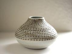 White and Black Stoneware Bud Vase Spotted par DiTerra sur Etsy