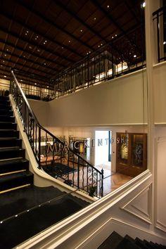 吹き抜けの階段に配された大きな鏡が大空間をさらに演出。