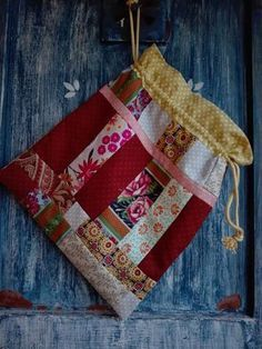 Crazy Patchwork, Patchwork Bags, Fabric Gift Bags, Crochet Diy, Handmade Purses, Sewing Appliques, Little Bag, Craft Items, Embroidery Applique