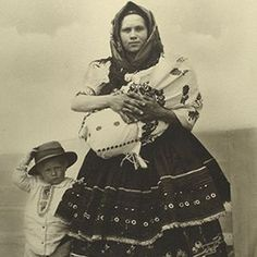 Slovak woman and her children arriving at Ellis Island, Circa By Augustus Sherman. My great grandparents came through Ellis Island from Slovakia Isla Ellis, Old Pictures, Old Photos, Vintage Photographs, Vintage Photos, Antique Photos, Portraits Victoriens, Studio Portraits, Ellis Island Immigrants