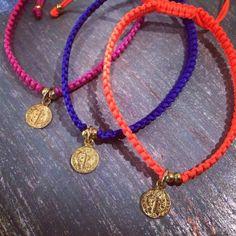 Pulseras medalla san Benito, colores vivos