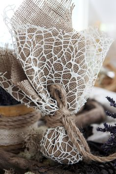 Μπομπονιέρα Atelier Zolotas τούλινη με αραιό δίχτυ, δέσιμο με χοντρό κορδόνι οικολογικό.