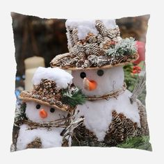 30 Recycled Christmas Decorations & DIY Christmas Crafts to Make. Includes easy instructions for making garlands, wreaths, advent calendars, decor & more! Christmas Snowman, Winter Christmas, All Things Christmas, Christmas Time, Christmas Wreaths, Christmas Ornaments, Merry Christmas, Clear Ornaments, Christmas Couple