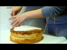 Cómo cubrir una tarta con fondant / How to cover a cake with fondant