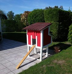 Amazing Red Pallet Chicken Coop Henhouse for 2 chickens with rear door to catch the eggs. 1001 Pallets, Recycled Pallets, Wood Pallets, Repurposed Wood, Chicken Coop Pallets, Chicken Coops, Chicken Houses, Chicken Cottage, Diy Dog Kennel