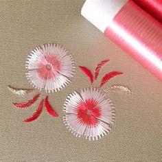 何でこの色にしたんだろう…?な配色笑(お正月気分が抜けきれていないようです笑)これでまさかの完成( ´ ▽ ` )ノ #日本刺繍 #japaneseembroidery #刺繍 #embroidery #撫子 #dianthus