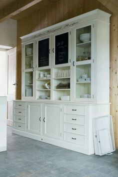 The best tips for the kitchen: think of storage space - Best Kitchen Decoration 2019 Kitchen Buffet, Home Decor Kitchen, Kitchen Interior, Kitchen Design, Space Kitchen, Farmhouse Style Kitchen, Rustic Farmhouse Decor, Muebles Shabby Chic, Classic White Kitchen