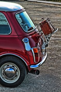 Red Classic Mini Cooper with luggage rack Mini Cooper Classic, Mini Cooper S, Classic Mini, Classic Cars, Jaguar, Dodge, Austin Mini, Mini Morris, Automobile