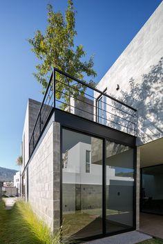 Casa Robles,© Lorena Darquea Cinder Block House, Cinder Block Garden, Architecture Design, Minimalist Architecture, Concrete Houses, Concrete Blocks, Building Exterior, Building A House, Design Studio