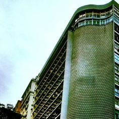 Edifício Seguradoras -Rua Senador Dantas, 74, Rio de Janeiro, Brasil. Projeto: Escritório MMM Roberto, 1949. Com estilo arquitetônico modernista, o edifício dos irmãos Roberto (um dos maiores escritórios de arquitetura à época, construiu, inclusive, o IRB), atualmente, está bastante descaracterizado. Seu ponto principal é a curva sinuosa que marca a esquina, com painéis de pastilhas de Paulo Werneck, artista plástico responsável pela introdução dos mosaicos de cerâmica na arquitectura…
