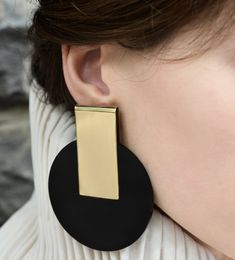 Earring with plastic detail – Eloshi Minimalist Earrings, Statement Earrings, Jewlery, Bling, Detail, My Style, Fabric, Gold, Plastic