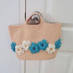 """ถูกใจ 6 คน, ความคิดเห็น 1 รายการ - lalana cutecrochet (@lalana_cutecrochet) บน Instagram: """"งานส่งลูกค้า  กระเป๋าถักงาน handmade 100% ขนาด ก้นกระเป๋า 24 cm ปากกระเป๋า 40 cm สูง 22 cm…"""""""