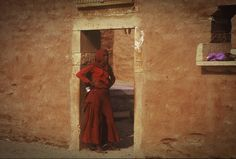 INDIA 1995 - Jaisalmer जैसालमेर, Rajasthan - Un outfit molto indiano in burgundy red  (foto G.Arcese)