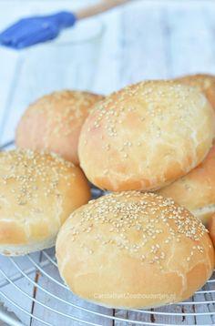Hamburgerbroodjes om zelf te maken. Je kunt natuurlijk hamburgerbroodjes in de supermarkt kopen, maar ze zijn nooit zo lekker als bij de echte bv bij de Mac Donalds of Burgerking. Zelf bakken is eigenlijk heel goed te doen, de mannen thuis vonden ze heerlijk. Dat gaan we vaker maken. Vul je broodje met een hamburger, vegaburger, visburger, maar een gewone kroket is ook niet te versmaden!