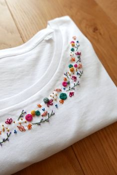 Diy Embroidery Shirt, Floral Embroidery Patterns, Hand Embroidery Videos, Embroidery On Clothes, Simple Embroidery, Embroidery Fashion, Hand Embroidery Patterns, Crewel Embroidery, T-shirt Broderie