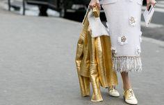 No le tengas miedo a los telas metálicas, son una tendencia muy fuerte esta temporada.  Llévalas como un detalle dentro de tu look. Nosotras te mostramos cómo puedes incorporarlo a tu outfit.