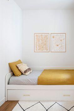 ¿Quieres una cama con almacenamiento extra? ¿O tener dos camas en el espacio de una? La cama nido CONI es el mueble que necesitas, pensado para dormitorios infantiles, juveniles y habitaciones de invitados. Hay varias opciones para la parte inferior: una segunda cama, un baúl o cajones. Puedes personalizar tu modelo eligiendo el color de la estructura, del frente móvil inferior y de los tiradores. #rderoom #camanido #cama #dormitorio #dormitorioinfantil #dormitorioinvitados… Throw Pillows, Color, Guest Rooms, Decorating Rooms, White Linens, Kids Sleep, Beds With Storage, Cushions, Colour