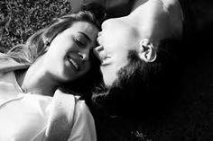 Amor, quantos caminhos até chegar a um beijo, que solidão errante até tua companhia! Seguem os trens sozinhos rodando com a chuva. Em taltal não amanhece ainda a primavera. Mas tu e eu, amor meu, estamos juntos, juntos desde a roupa às raízes, juntos de outono, de água, de quadris, até ser só tu, só eu juntos.  Autor: Pablo Neruda