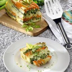 1. Spala cartofii și pune-i la fiert, în coaja, în apa cu sare. Fierbe, în vase separate, fasolea verde fi deluta și morcovii curatati. Dupa ce au fiert, scurge fasolea, taie morcovii bastonașe, iar cartofi i curata-i și taie-i cuburi mai mari. 2. Bate smântâna cu ouale și un praf de sare. Adauga brânza zdrobita …