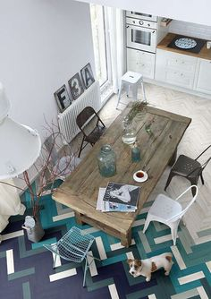 Fun floor. Nice vintage table.