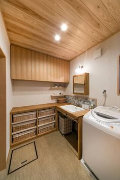 洗面脱衣室: 株式会社菅野企画設計が手掛けた浴室です。 Laundry Room Organization, Laundry Room Design, Laundry Rooms, Natural Interior, Best Interior, Shower Storage, Cheap Houses, Pole Barn Homes, Home Design Plans