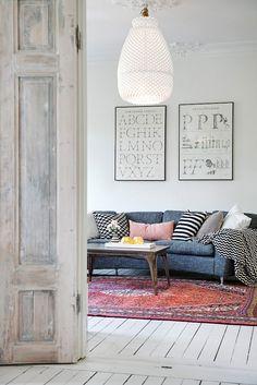Pinterest 100: Inspiration Einrichtung - Typographie-Druck, Holztisch, farbiger Musterteppich