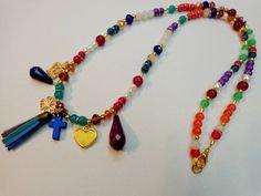Art.C0014. Collar largo con piedras de vidrio, cristal de roca, perlas y dijes. Por consultas escribinos a info@encapricharte.com.ar o buscanos en www.facebook.com/encapricharte
