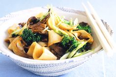 Mouth-watering Asian flavours spring to life in this super-healthy and easy beef stir-fry. Beef And Noodles, Rice Noodles, Easy Beef Stir Fry, Heart Healthy Recipes, Healthy Meals, Delicious Recipes, Healthy Food, Yummy Food, Fried Beef