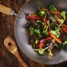 If you cook a lot of Asian dishes or stir-fries, you likely have a wok. Here's how to clean a wok—and take care of it—so it lasts. Stir Fry Meat, Easy Stir Fry, Veggie Stir Fry, Panela Wok, Easy Slimming World Recipes, Speed Foods, Fried Beef, Woks, Asian Recipes