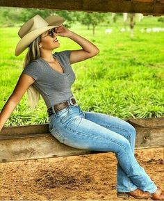 Late Summer, Early fall is gonna be amazing on you. I met you at the end of the summer. Country Girl Outfits, Hot Country Girls, Country Girl Style, Country Women, Cowgirl Outfits, Redneck Girl Outfits, Country Western Outfits, Cowgirl Belts, Sexy Cowgirl
