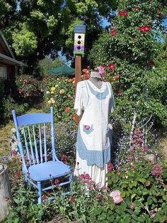 Miss Fannie visits the garden. Garden Whimsy, Garden Junk, Garden Crafts, Garden Projects, Garden Ideas, Garden Inspiration, Scarecrows For Garden, Glass Garden Art, Outdoor Art