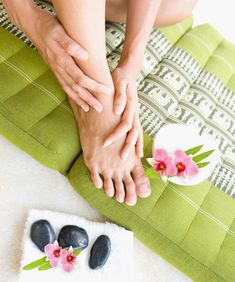 What is Ayurvedic Massage – Abhyanga And What Are The Benefits Massage Tips, Self Massage, Massage Techniques, Sleep Therapy, Massage Therapy, Ayurveda, Holistic Massage, Ayurvedic Healing, Acupressure Massage