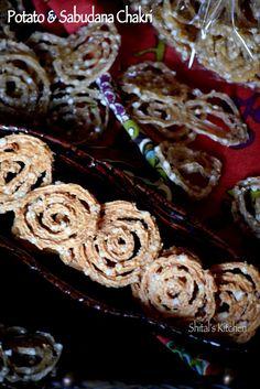 Potato and Sago Swirls. Chakri made of potato and sabudana. Dry Snacks, Healthy Snacks, Indian Snacks, Indian Food Recipes, Diwali Food, Ramadan Recipes, Tasty, Yummy Food, Swirls