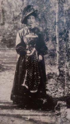 """feuille-d-automne: """"Cette photo de Camille Claudel est une rareté c'est même une image inédite: elle a été confiée par la famille et le conservateur du musée en a fait faire un agrandissement. Camille..."""