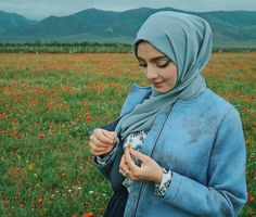 Setahunbaru: Beautiful Hijab in Love Hijab Niqab, Ootd Hijab, Hijab Chic, Abaya Fashion, Muslim Fashion, Fashion Muslimah, Beautiful Muslim Women, Beautiful Hijab, Celebrity Fashion Outfits