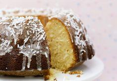 Όταν θέλεις και το σπίτι να μυρίσει και το σορτς να κουμπώνει, τρως μια φετούλα από το ακόλουθο κέικ καρύδας και παίρνεις μόνο 170 θερμίδες. Κι όταν λέμε φέτα, το εννοούμε, ε…Υλικά150 γρ. βούτυρο σε θερμοκρασία δωματίου200 γρ. καστανή ζάχαρη3 αυγά4 κ.σ. γιαούρτι χαμηλών λιπαρών300 γρ. αλεύρι που φουσκώνει μόνο του2 κ.γ. μπέικινΞύσμα από 3-4 λεμόνια3 βανιλίνες1 φλυτζάνι καρύδα