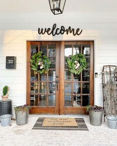 beautiful front porch decorating ideas for your home 45 > Fieltro.Net 47 Beautiful Front Porch Decorating Ideas for Your Home > Fieltro. Farmhouse Style, Farmhouse Decor, Country Decor, Farmhouse Ideas, French Farmhouse, Farmhouse Remodel, Farmhouse Front Porches, Farmhouse Patio Doors, Modern Farmhouse Exterior