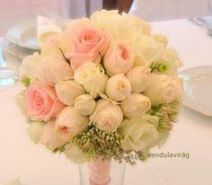 Romantikus csokor fehér és rózsaszín rózsából