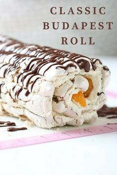 This classic Budapest roll recipe from Manuela Kjeilen is a delicious meringue hazelnut roll filled with whipped cream and mandarin oranges! Swedish Recipes, Hungarian Recipes, Sweet Recipes, Norwegian Recipes, Pavlova, Meringue Roulade, Hazelnut Meringue, Cake Roll Recipes, Dessert Recipes