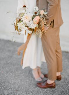Honey wedding - Milk and Honey Inspires Soft Linen and Rich Golden Details in Styled Couples Shoot – Honey wedding Tan Wedding, Wedding Looks, Fall Wedding Bouquets, Bridal Bouquets, Wedding Flowers, Fairytale Weddings, Intimate Weddings, Countryside Wedding, Once Wed